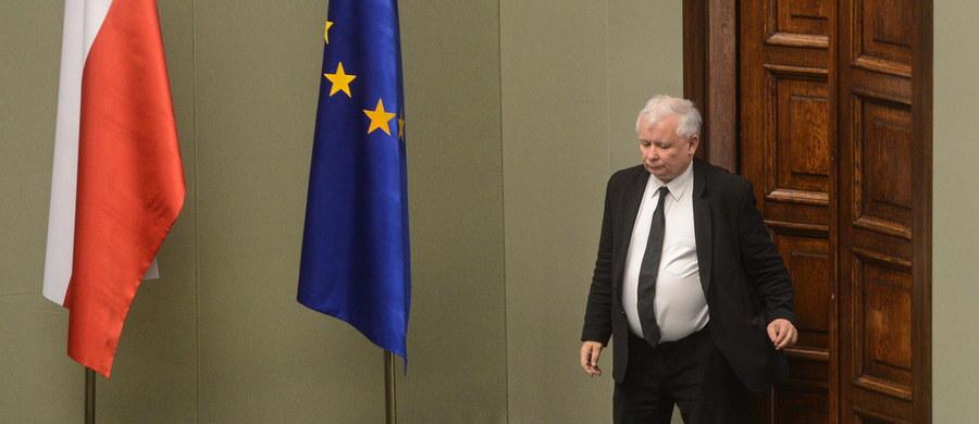 """Należy dokonać reformy Unii Europejskiej, to będzie pozytywna odpowiedź na Brexit, która może stać się też ofertą dla Wielkiej Brytanii - powiedział po brytyjskim referendum prezes PiS Jarosław Kaczyński. Dodał, że potrzebny jest nowy traktat europejski. Jak ocenił, postawą prowadzącą do pogłębiania kryzysu i """"nowych aktów tego typu jak Brexit"""" jest ta, która mówi o tym, by nic nie zmieniać, postawa na rzecz """"więcej Unii""""."""