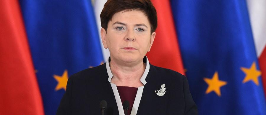 Polski rząd szanuje suwerenną decyzję obywateli Wielkiej Brytanii - oświadczyła premier Beata Szydło. Zaproponujemy reformy, które w naszej opinii są konieczne do przeprowadzenia w UE, aby stawała się ona silniejsza, żeby się rozwijała - zapowiedziała szefowa rządu.Premier podkreśliła, że rezultat brytyjskiego referendum to wynik kryzysów w UE, które nie były rozwiązywane, tylko zamiatane pod dywan. W czwartkowym referendum w Wielkiej Brytanii 51,9 proc. głosujących opowiedziało się za wyjściem ich kraju z Unii Europejskiej. Frekwencja w referendum wyniosła 72,2 proc.