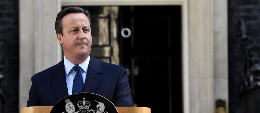 """""""Nie mogę być kapitanem tego statku, zmienił kurs i ktoś inny powinien stanąć za sterem"""" - te słowa David Cameron wypowiedział dziś na dziedzińcu Downing Street. Premier podawał się do dymisji. Zanim skończył przemawiać, kilka razy przełknął ślinę. Potem objął ramieniem swą żonę i zniknął za drzwiami oznaczonymi numerem dziesięć. Co stało się potem? Nie wiem. Nie ładnie podglądać w gabinecie politycznego trupa."""