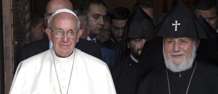 """W pierwszym dniu wizyty w Armenii papież Franciszek nazwał w piątek """"ludobójstwem"""" rzezie Ormian na początku XX wieku. Sformułowania tego, budzącego zawsze protesty Turcji, użył w przemówieniu do władz Armenii."""