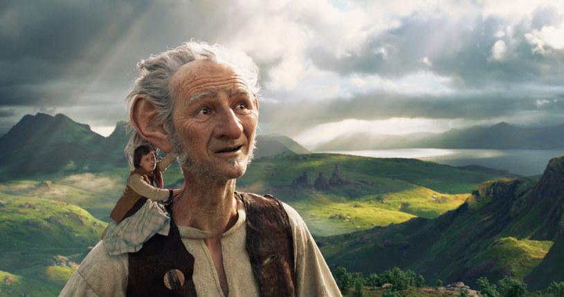 """""""BFG: Bardzo Fajny Gigant"""" - porywająca opowieść o małej dziewczynce i tajemniczym Olbrzymie - już w najbliższy piątek, 1 lipca, zagości na ekranach polskich kin. Słynną powieść Ronalda Dahla z 1982 roku na duży ekran przeniósł Steven Spielberg, jeden z największych mistrzów kina, zdobywca trzech Oscarów. """"W filmie jest dużo humoru"""" - mówi reżyser."""