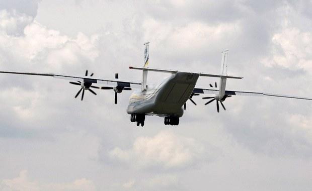 Indyjskie wojsko poszerzyło obszar poszukiwań samolotu sił powietrznych, który w piątek zniknął z radarów z 29 osobami na pokładzie. Maszyna leciała z Madrasu na będące indyjskim terytorium związkowym wyspy Andamany i Nikobary.