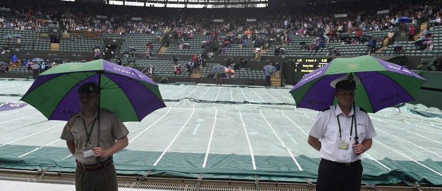 Mecz 1. rundy wielkoszlemowego Wimbledonu Agnieszki Radwańskiej z ukraińską tenisistką Kateryną Kozłową został przełożony na środę. To i pozostałe spotkania, które nie odbędą się zgodnie z pierwotnym planem we wtorek, zostały przesunięte z powodu deszczu.