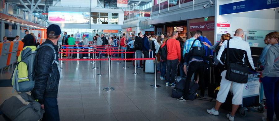 Zakaz parkowania przed halą przylotów oraz dokładniejsze kontrole - takie zmiany od dziś obowiązują na warszawskim Lotnisku Chopina. Port wprowadza je na stałe w związku ze zbliżającymi się szczytem NATO i Światowymi Dniami Młodzieży.