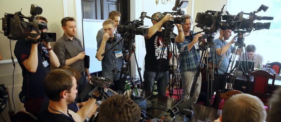 W trakcie posiedzenie sejmowej komisji sprawiedliwości i praw człowieka wybuchła awantura. Przewodniczący komisji Stanisław Piotrowicz (PiS) wyprosił reporterów z posiedzenia, na którym ma być wypracowana nowa ustawa o Trybunale Konstytucyjnym.