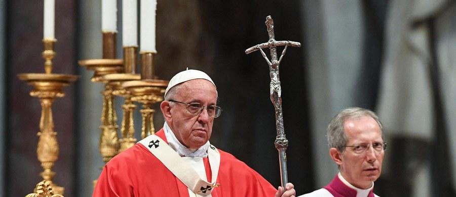 Nie można zamykać Kościoła przed ludźmi - powiedział papież Franciszek na mszy w obchodzoną w środę uroczystość Świętych Piotra i Pawła. Uczestniczyło w niej 25 nowych metropolitów, mianowanych w ciągu minionego roku - m.in. abp przemyski Adam Szal.