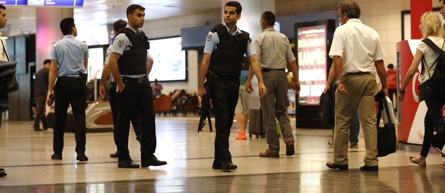 """Polskie biura podróży nie odwołują wyjazdów do Turcji po krwawym zamachu na lotnisko w Stambule. Nie mamy takich sygnałów od operatorów - usłyszał nasz dziennikarz w Polskiej Izbie Turystyki. We wtorkowym zamachu na międzynarodowym lotnisku w Stambule zginęło - według najnowszych danych - 41 osób, a blisko 240 zostało rannych. Premier Turcji Binali Yildrim poinformował, że według pierwszych ustaleń za atakiem stoi Państwo Islamskie (IS), a """"zdecydowana większość"""" ofiar to obywatele tureccy."""