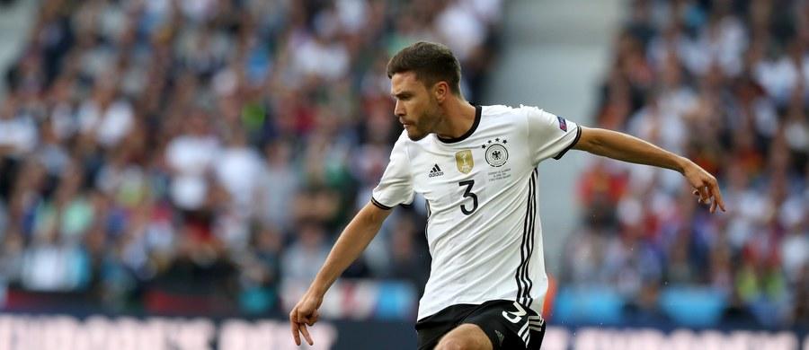 Obrońca piłkarskiej reprezentacji Niemiec Jonas Hector opuścił środowy trening kadry przed ćwierćfinałowym meczem mistrzostw Europy przeciwko Włochom. Powodem absencji zawodnika jest infekcja górnych dróg oddechowych.