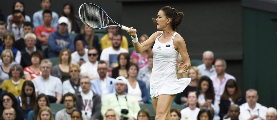 Rozstawiona z numerem trzecim Agnieszka Radwańska pewnie awansowała do drugiej rundy wielkoszlemowego Wimbledonu. Polska tenisistka pokonała na kortach trawiastych w Londynie Ukrainkę Katerynę Kozłową 6:2, 6:1.