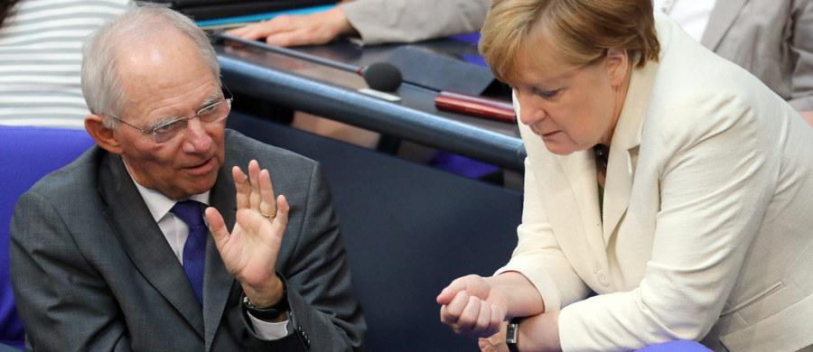 """Minister finansów Niemiec Wolfgang Schaeuble przestrzegł kraje Europy Zachodniej przed traktowaniem """"z góry"""" członków Unii Europejskiej z Europy Środkowej i Wschodniej, szczególnie Polskę, posiadających inne doświadczenia historyczne niż """"stara Unia"""". """"Insynuować Polakom, że nie wiedzą, czym jest demokracja i wolność, zakrawa - szczerze mówiąc - na arogancję, szczególnie jeżeli czynią to Niemcy"""" - powiedział Schaeuble podczas dyskusji o przyszłości Europy zorganizowanej przez berlińską Akademię Sztuk Pięknych."""