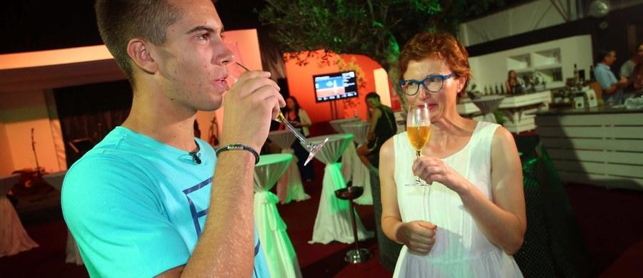 """95 proc. dorosłych Polaków pije alkohol. Podobny odsetek nie potrafi ocenić, w jakich dokładnie ilościach – wynika z badania """"Czego Polacy o alkoholu nie wiedzą?"""". To zwiększa ryzyko nieodpowiedzialnych zachowań – oceniają eksperci."""