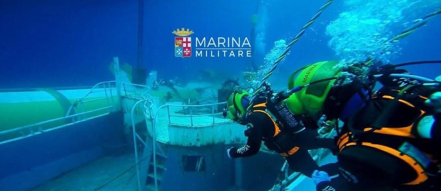 Marynarka wojenna Włoch podniosła z dna morza wrak statku, który zatonął wiosną ubiegłego roku u wybrzeży Sycylii. Podejrzewa się, że na pokładzie było około 700-800 migrantów. Była to najgorsza tragedia na Morzu Śródziemnym od początku kryzysu migracyjnego. Statek był przepełniony uchodźcami i zatonął w kwietniu 2015 roku na oczach ekip ratowniczych. Większość z ponad 700 osób, które były na łodzi, nie miały żadnych szans na przeżycie. Byli zamknięci pod pokładem.