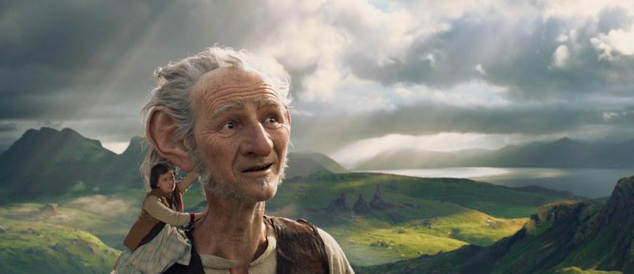 """""""BFG. Bardzo Fajny Gigant"""", opowieść o małej dziewczynce i tajemniczym Olbrzymie, który odkrywa przed nią sekrety magicznej krainy, właśnie wchodzi do polskich kin. Uwielbianą przez czytelników powieść Roalda Dahla na duży ekran przeniósł Steven Spielberg."""