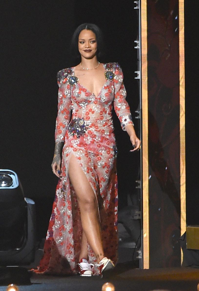 Rihanna zachwyciła swoich najbardziej oddanych fanów, których w środę (29 czerwca) złapała burza. Wokalistka zamówiła im pizzę.