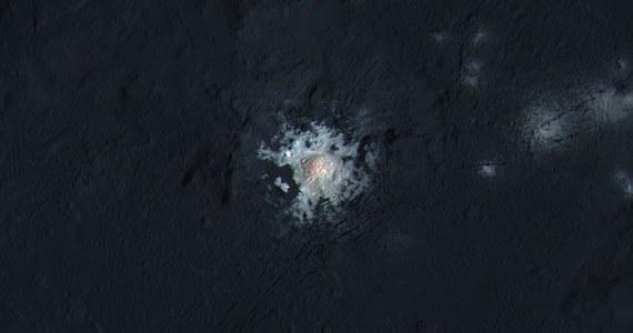 """Tajemniczy jasny obszar w kraterze Occator na powierzchni planety karłowatej Ceres to złogi węglanu sodu - piszą na łamach czasopisma """"Nature"""" naukowcy zajmujący się opracowaniem danych przesłanych przez aparaturę sondy Dawn. Jasne punkty fascynowały badaczy od chwili, gdy po raz pierwszy zauważono je na zdjęciach sondy. Wydaje się, że teraz wreszcie odkryto zagadkę ich pochodzenia. Są prawdopodobnie owocem aktywności hydrotermalnej."""