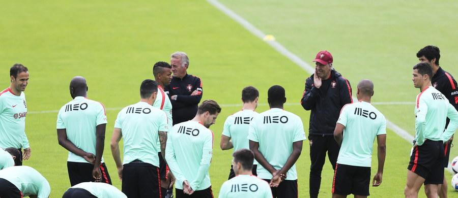 """""""Tego meczu nie chciałem, bo cierpię. Oczywiście chcę, żeby Portugalia wygrała, ponieważ to jest moja ojczyzna. Jeżeli musi przegrać to niech przegra z Polską"""" - mówi w rozmowie z RMF FM Nuno Bernandes, Portugalczyk mieszkający w Polsce. """"Uważam, że Ronaldo Lewandowski są w tym momencie na tym samym poziomie. Praca napastnika nie polega tylko na tym, że musi strzelać gole. I Lewandowski, i Ronaldo dużo pracują na to, żeby inni piłkarze mieli piłki"""" - dodaje."""