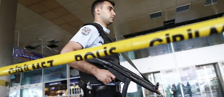 Turecka policja zatrzymała 13 osób mogących mieć związek z zamachem na lotnisku w Stambule. W ataku trzech zamachowców-samobójców zginęły – według najnowszych danych – 42 osoby. Samobójczego ataku dokonali Rosjanin, Kirgiz i Uzbek - taką informację podały tureckie władze.