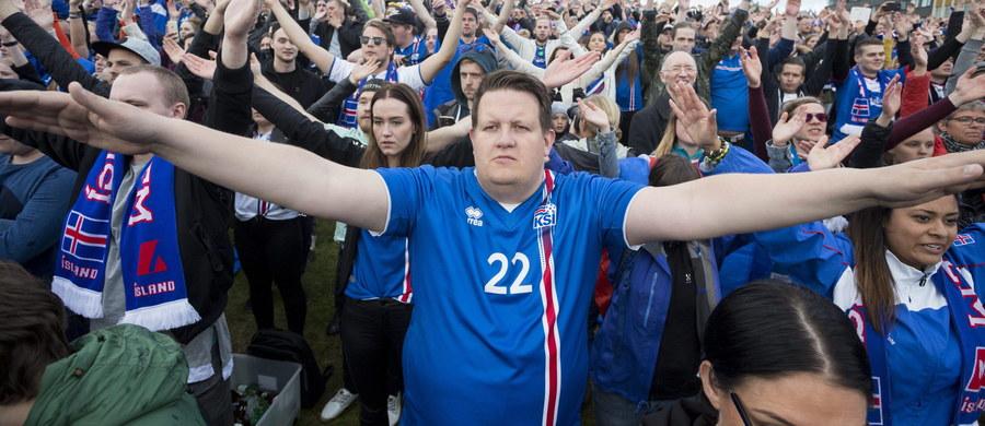 """Według szacunkowych danych islandzkiej telewizji publicznej RUV oglądalność poniedziałkowego meczu 1/8 finału piłkarskich mistrzostw Europy Islandia - Anglia (2:1) osiągnęła rekordowy poziom 99,8 procent. Odejmując tych, którzy wyjechali na mistrzostwa do Francji, to spotkania nie obejrzało """"na żywo"""" zaledwie 650 osób mieszkających w tym kraju."""