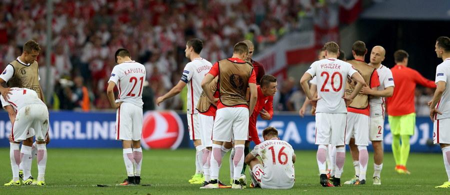 """Nasza piłkarska kadra wróciła do kraju z mistrzostw Europy we Francji. Podopieczni Adama Nawałki pożegnali się z turniejem po ćwierćfinałowej porażce po rzutach karnych z Portugalią. """"Nie do końca zasłużyliśmy, by odpaść z tego turnieju"""" - mówił Arkadiusz Milik."""