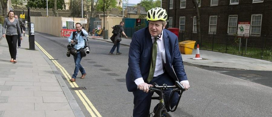 W teatrze Wielkiej Brytanii rozgrywają się równolegle dwa dramaty. Trzy godziny przed ogłoszeniem swej kandydatury na stanowisko przywódcy Konserwatystów, były burmistrz Londynu, Boris Johnson, stał się rzymskim cesarzem. Jest megalomanem, ale tym razem to nie była jego wina. W plecy wbito mu sztylet. Jego przyjaciel, Michael Gove, z którym prowadził kampanię za Brexitem, zgłosił niespodziewanie własną kandydaturę. By dobić kolegę oświadczył, że Johnson nie powinien przewodzić partii, bo się do tego nie nadaje. W efekcie Juliusz Cezar brytyjskiej polityki zmuszony był wycofać się z wyścigu po stołek. Miał na nim usiąść z Brexitem, tymczasem ubiegł go Brutus.