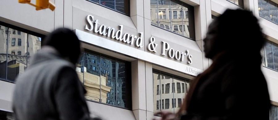 Agencja Standard & Poor's utrzymała rating Polski na poziomie BBB+ z perspektywą negatywną - podała w piątek w swoim komunikacie. S&P rating Polski obniżyła w połowie stycznia.