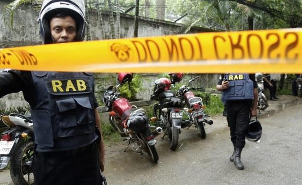 W wyniku ataku terrorystów na budynek restauracji w stolicy Bangladeszu Dhace i akcji odbicia zakładników zginęło w sumie 26 osób - poinformowało w sobotę wojsko. Siły specjalne uratowały 13 osób, w tym Japończyka i dwóch obywateli Sri Lanki.