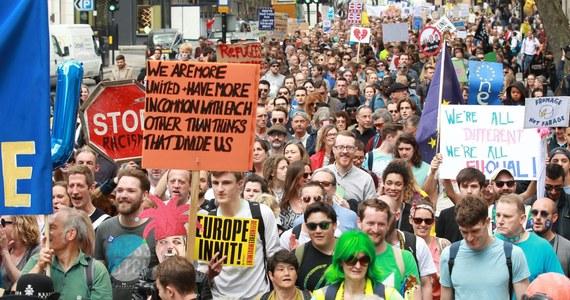 """Demonstranci, którzy pojawili się dziś na londyńskich ulicach, nie zgadzają się z wynikiem czerwcowego głosowania w sprawie Brexitu. Podkreślali, że """"zostali wprowadzeni w błąd""""."""