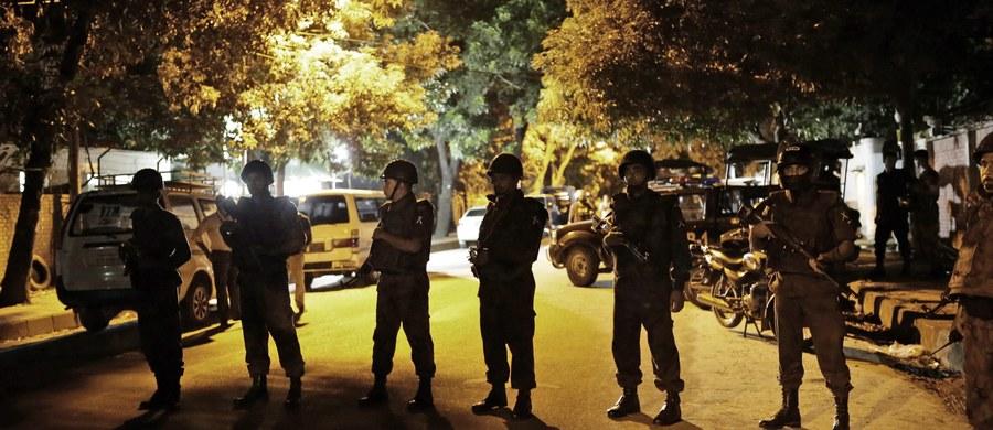 Zanim doszło do szturmu i odbicia z rąk terrorystów restauracji w stolicy Bangladeszu w Dhace, napastnicy zabili 20 zakładników, zarówno obcokrajowców, jak i obywateli Bangladeszu - poinformowało wojsko. Wcześniej armia podawała, że zabici to wyłącznie obcokrajowcy.