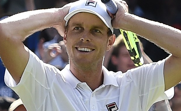 """Rozstawiony z """"jedynką"""" Novak Djoković przegrał z amerykańskim tenisistą Samem Querreyem (28.) 6:7 (6-8), 1:6, 6:3, 6:7 (5-7) w trzeciej rundzie Wimbledonu. Broniący tytułu Serb triumfował ostatnio w czterech kolejnych turniejach wielkoszlemowych."""