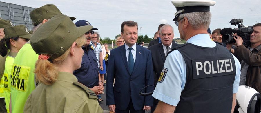Przywrócenie kontroli na granicach wewnętrznych Polski jest działaniem standardowym; nie będzie problemu z przekroczeniem granicy, kontrole będą dokonywane na zasadzie oceny ryzyka – zapewniał minister SWiA Mariusz Błaszczak, który był na przejściu granicznym w Kołbaskowie. Od północy przywrócona została tymczasowa kontrola na granicach wewnętrznych Polski z Czechami, Niemcami, Litwą, Słowacją, a także w portach i na lotniskach. Zostanie zniesiona 2 sierpnia po Światowych Dniach Młodzieży. Równocześnie zawieszono też umowy o ruchu przygranicznym z Rosją i Ukrainą.