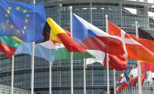 Parlament Europejski nie zgodził się na wniosek grup Socjalistów oraz Zjednoczonej Lewicy Europejskiej, by jeszcze w tym tygodniu przeprowadzić debatę i przyjąć rezolucję o sytuacji w Polsce. Większość europosłów zdecydowała, że PE powinien zająć się naszym krajem we wrześniu.