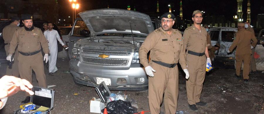 Samobójczy zamach w pobliżu Meczetu Proroka w Medynie w Arabii Saudyjskiej. W wyniku eksplozji zginęło czterech oficerów służby bezpieczeństwa, a pięciu zostało rannych - podało saudyjskie ministerstwo spraw wewnętrznych. Wcześniej w pobliżu meczetu w mieście Al-Katif we wschodniej części Arabii Saudyjskiej zamachowcy-samobójcy zdetonowali ładunki wybuchowe. Do zamachu doszło także przed konsulatem USA w Dżuddzie.
