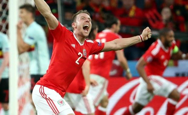 Rodzice Chrisa Guntera, obrońcy reprezentacji Walii, która jutro zagra w półfinale piłkarskich mistrzostw Europy z Portugalią, wolą dopingować swojego syna na stadionie niż uczestniczyć w ślubie jego brata Marca. Ślub ma się odbyć w czwartek w Meksyku.