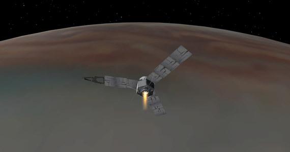Po pięciu latach kosmicznej podróży sonda Juno pomyślnie weszła na orbitę Jowisza. Przed godziną 6 rano czasu polskiego sonda odpaliła silnik główny, by zmniejszyć prędkość i dać się przechwycić przez siłę grawitacji największej planety układu Słonecznego. Pierwsze doniesienia wskazują, że Juno pracuje normalnie. Eksperci NASA mogą odetchnąć z ulgą, gdyby coś poszło nie tak, nie byłoby szans na poprawkę, Juno przeleciałaby obok Jowisza i o badaniach naukowych moglibyśmy zapomnieć.