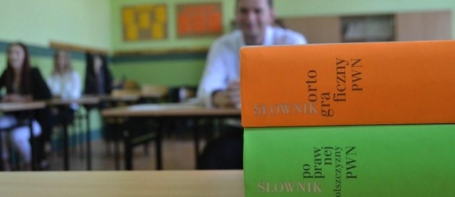 Świadectwo dojrzałości uzyskało 79,5 proc. tegorocznych absolwentów szkół ponadgimnazjalnych. 15 proc. z tych, którzy nie zdali matury, ma prawo do poprawki w sierpniu - to wstępne wyniki tegorocznego egzaminu maturalnego.
