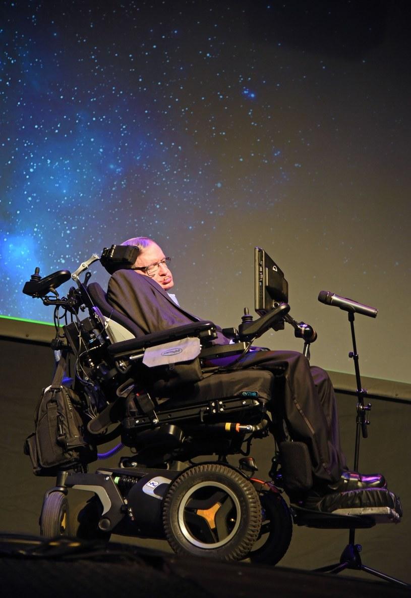 Słynny naukowiec Stephen Hawking, od lat poruszający się na wózku na skutek postępującego paraliżu wystąpił z brytyjską grupą Anathema na scenie Starmus Festival na hiszpańskiej Teneryfie.