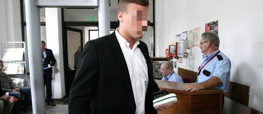 """Kielecki sąd odwoławczy uchylił wyrok sądu pierwszej instancji i umorzył postępowanie wobec Roberta N. ps. """"Frog"""", który w lutym 2014 r. na DK nr 7 w woj. świętokrzyskim, popełnił kilkadziesiąt wykroczeń w ruchu drogowym. Powodem decyzji jest przedawnienie."""