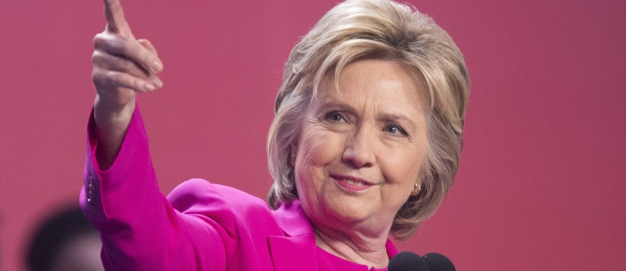 """Dyrektor FBI James Comey ogłosił zakończenie śledztwa w sprawie używania przez Hillary Clinton prywatnej skrzynki mailowej i serwera do celów służbowych, gdy była ona sekretarzem stanu USA. FBI nie zaleciła jej ścigania przez wymiar sprawiedliwości. """"Żaden rozsądny prokurator nie wniósłby oskarżenia przeciwko Hillary Clinton w sprawie jej meili"""" - powiedział."""