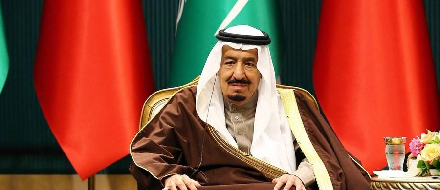 Król Arabii Saudyjskiej Salman obiecał we wtorek, w dzień po najwyraźniej skoordynowanych ze sobą samobójczych zamachach bombowych w trzech miastach, zwalczanie religijnych ekstremistów, którzy za cel swojej propagandy biorą młodych ludzi.