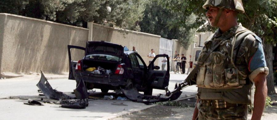 Do zamachów doszło w bazie wojskowej przylegającej do międzynarodowego lotniska w Adenie na południu Jemenu. W wyniku wybuchu samochodów pułapek zginęło co najmniej sześć osób. Kilkadziesiąt zostało rannych - podało źródło wojskowe, które o atak oskarżyło dżihadystów.