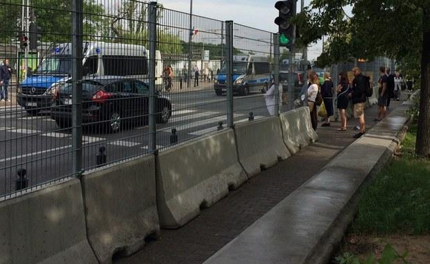 Stadion PGE Narodowy na dwa dni przed szczytem NATO w Warszawie wygląda już jak twierdza. Wokół stadionu rozstawiono zasieki. Wszędzie widać potężne, półmetrowe betonowe progi. Do nich przytwierdzony jest dwumetrowy płot z grubego drutu. Stalowy mur ciągnie się przez blisko dwa kilometry. Ustawiono go również wzdłuż głównych ulic: Zielenieckiej i Poniatowskiego. Piesi, którzy idąc w okolicy stadionu będą chcieli przejść z jednej strony ulicy na drugą - muszą korzystać ze specjalnie wyznaczonych przejść.