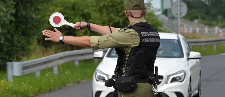 Prawie 22 tysiące osób sprawdzili strażnicy graniczni w ciągu dwóch dni przywróconej kontroli na wewnętrznych granicach Unii Europejskiej - dowiedział się reporter RMF FM. To niewiele mniej niż przez cały miesiąc w 2012 roku, gdy także wprowadzono kontrole na czas Euro 2012.