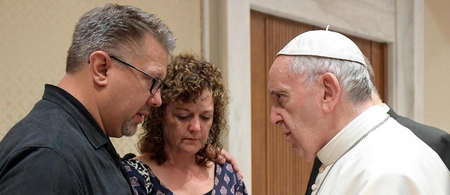 Papież Franciszek przyjął w środę na audiencji rodziców zamordowanego w ostatnich dniach w Rzymie 19-letniego Amerykanina Beau Solomona. Ciało studenta znaleziono w Tybrze.