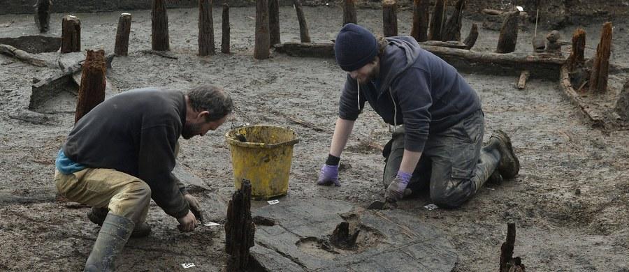 Popielnicowy grób wojownika z wyposażeniem pochodzący z okresu wpływów rzymskich odkryli w Czelinie (Zachodniopomorskie) naukowcy z Muzeum Narodowego w Szczecinie. To kolejne zabytki znalezione na tamtejszym cmentarzysku słabo rozpoznanej grupy lubuskiej.