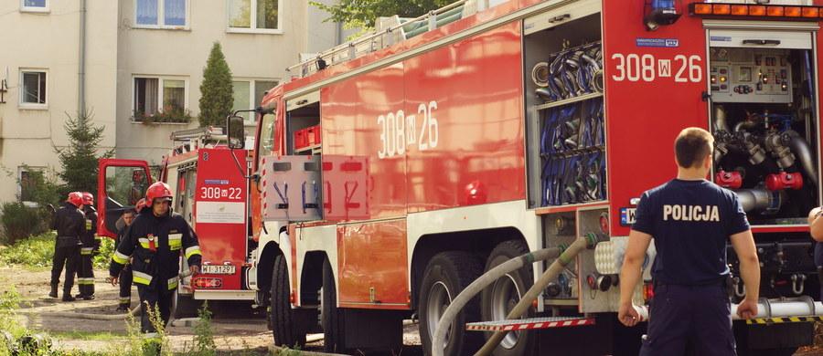 Troje dzieci zostało rannych w pożarze mieszkania, który wybuchł w Mielcu na Podkarpaciu. Informację o palącym się lokalu strażacy dostali przed godziną 9. Po wybuchu ognia dwóch chłopców samodzielnie uciekło. 3,5-letnią dziewczynkę uratowali strażacy.
