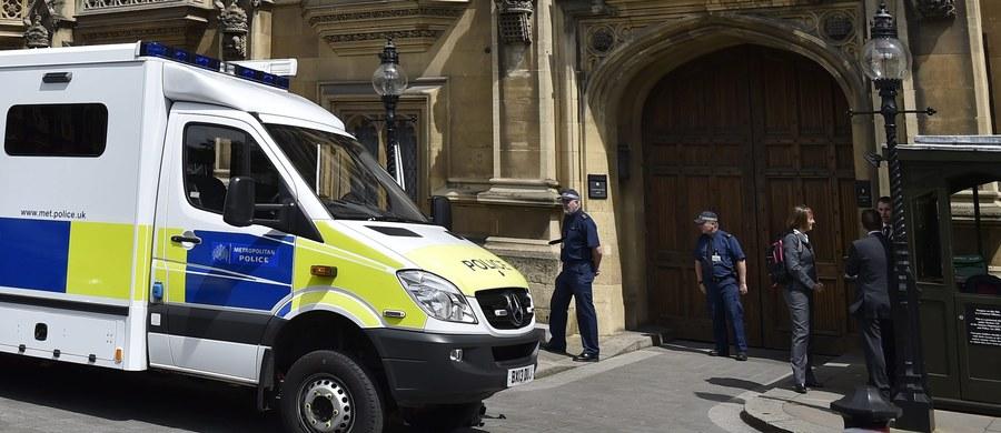 W czwartek po południu w brytyjskim parlamencie został ogłoszony alert. Powodem jest znalezienie podejrzanego pakunku.