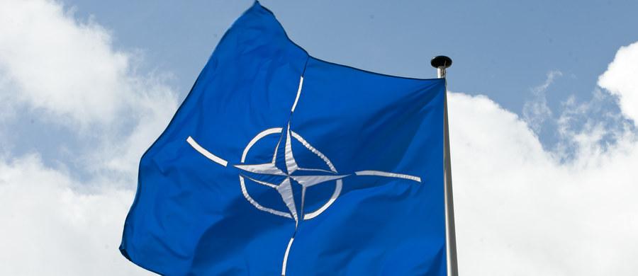 Lewica domaga się wyjścia Niemiec ze struktur wojskowych NATO i zastąpienia Sojuszu systemem bezpieczeństwa z udziałem Rosji. Bundestag odrzucił w czwartek wnioski opozycyjnego klubu zawierające też postulat rezygnacji z wysłania Bundeswehry na Litwę.