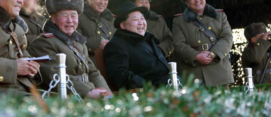 Przywódca Korei Północnej Kim Dzong Un, którego dokładny wiek pozostaje w jego kraju pilnie strzeżoną tajemnicą państwową, urodził się 8 stycznia 1984 roku, ma więc obecnie 32 lata - wynika z dokumentu opublikowanego przez ministerstwo skarbu USA. Nazwisko przywódcy komunistycznego reżimu znalazło się na liście osób objętych przez USA sankcjami za naruszanie praw człowieka.