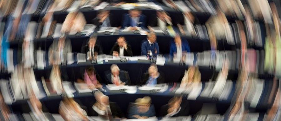 Awanturą o dostęp do mikrofonu zakończyła się debata w Parlamencie Europejskim na temat płacy minimalnej w transporcie drogowym. Chodzi o krajowe przepisy, które wprowadziły Francja i Niemcy, które uderzają w polskich transportowców. Ten ważny dla Polski temat był ostatnim punktem na sesji plenarnej europarlamentu w ostatnim dniu sesji, gdy większość europosłów rozjeżdża się już do domów. W dodatku debata została skrócona przez prowadzącego obrady o prawie 20 minut.