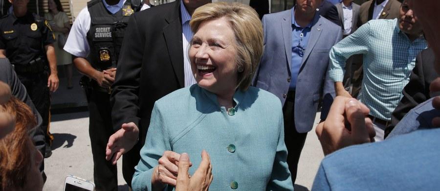 Departament Stanu USA wznowił wewnętrzne dochodzenie w sprawie możliwych uchybień Hillary Clinton i jej najbliższych współpracowników w postępowaniu z poufnymi informacjami - poinformował John Kirby. Rzecznik resortu wyjaśnił, że dochodzenie w sprawie wykorzystywania przez Clinton prywatnej skrzynką mailowej do przesyłania i odbierania tajnych i poufnych informacji wznowiono bowiem Departament Sprawiedliwości zakończył już swoje postępowanie.